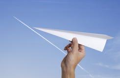 Het werpen van een document vliegtuig Royalty-vrije Stock Afbeeldingen