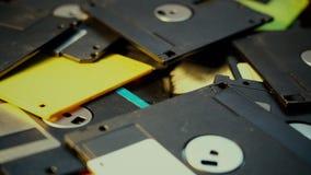 Het werpen van floppy disks in een stapel, oude retro technologie stock videobeelden