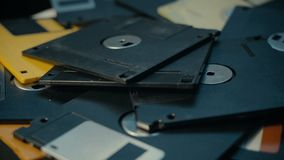 Het werpen van floppy disks in een stapel, oude retro technologie stock footage
