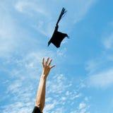het werpen van graduatiehoeden Stock Foto's