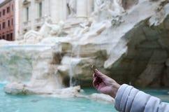 Het werpen van muntstuk in Fontana Di Trevi, Rome Royalty-vrije Stock Afbeeldingen