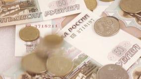 Het werpen van Russische roebels en muntstukken stock video