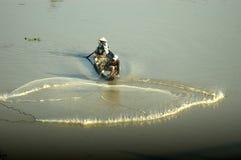 Het werpen van visnet om vissen te vangen Royalty-vrije Stock Foto's