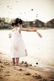Het werpen van zand stock fotografie