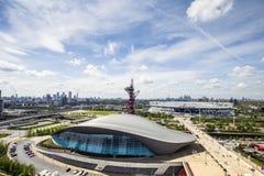 Het westen Ham United London Stadium en het Centrum van Londen Aquatics in de voorzijde, Canary Wharf en Stad van Londen bij de h stock afbeeldingen