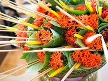 Het westen Indische Jasmijn of Ixora, wierookstok en kaarsen in banaan-blad kegel die op een Nationale Leraar ` s worden voorbere royalty-vrije stock foto's