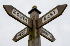 Het Westen van het het noordenzuidoosten voorziet van wegwijzers Stock Afbeelding