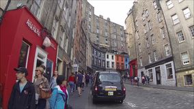 Het Westenboog en Victoria Street van Edinburgh met kleurrijke winkels in de Oude Stad, Edinburgh, Schotland stock footage