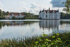 Het westenkant van Gluecksburg-Kasteel met vijver, Sleeswijk-Holstein, Duitsland royalty-vrije stock afbeelding