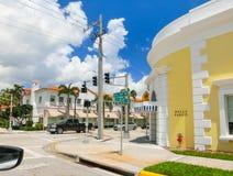 Het WESTENpalm beach, Florida -7 Mei 2018: De weg met auto's bij Palm Beach, Florida, Verenigde Staten royalty-vrije stock foto