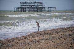 Het westenpijler, Brighton die, Engeland - op het strand koelen royalty-vrije stock foto's