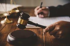 Het wetsthema, houten hamer van de rechter, wetshandhavingsfunctionarissen, eviden royalty-vrije stock fotografie