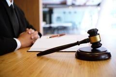 Het wettelijke advies stelt aan de cliënt voor een ondertekend contract met gaf Stock Foto