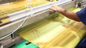 Het weven materiaalhuishouden het weven - voor eigengemaakte zijde stock videobeelden