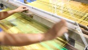 Het weven materiaalhuishouden het weven - voor eigengemaakte zijde stock video