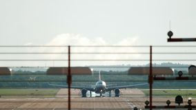 Het Widebody vliegtuig landen stock footage