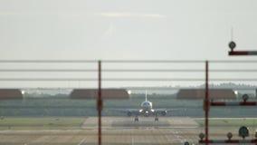 Het Widebody vliegtuig landen stock video