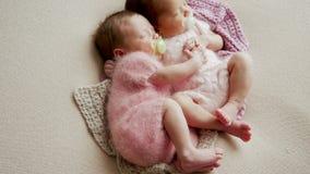Het wiegen van de twee tweelingenmeisjes stock videobeelden