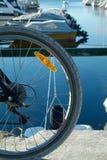 Het wiel en de boten van de fiets stock foto's
