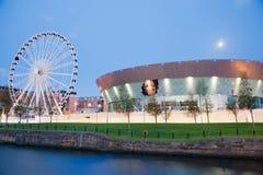 Het Wiel en Echo Arena van Liverpool bij Nacht Stock Fotografie