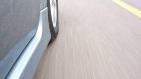 Het wiel van auto's loopt stock video