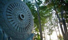 Het wiel van Boedha in het bos van tempel Stock Fotografie
