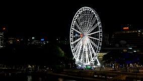 Het wiel van Brisbane Ferris Wheel bij nacht van Victoria Bridge stock videobeelden