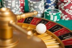 het wiel van de casinoroulette met de bal op nummer 5 Royalty-vrije Stock Afbeeldingen