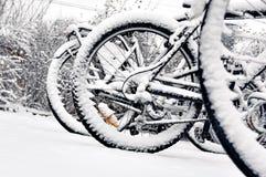 Het wiel van de fiets in de winter Stock Afbeeldingen