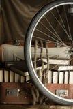 Het wiel van de fiets en oud gescheurd kofferhoogtepunt van boeken Royalty-vrije Stock Fotografie