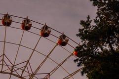 Het wiel van de herfstferris in het park van Minsk royalty-vrije stock fotografie