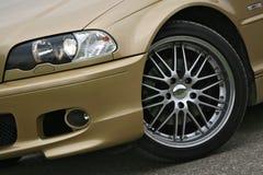 Het wiel van de legering op gouden sportwagen Royalty-vrije Stock Afbeeldingen