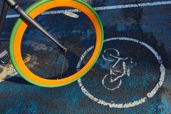 Het wiel van een fiets en een teken van een fietspad royalty-vrije stock fotografie