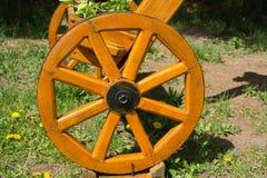 Het wiel van een houten zelf-gemaakte fiets Kunstvoorwerp in garde Stock Afbeelding