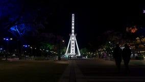 Het wiel van ferris van Brisbane rijdt symmetrisch bij nacht stock footage