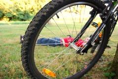 Het wiel van fietsen en jonge mens Stock Foto