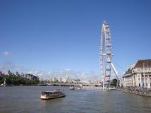 Het wiel van het Oogferris van Londen op de Rivier van Theems stock afbeelding