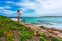 Het wijfje bewondert mooi Australisch strand in de zomer royalty-vrije stock afbeeldingen