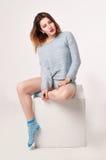 Het wijfje in blauw blousen, damesslipje en sokken Stock Fotografie