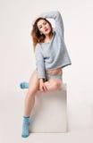 Het wijfje in blauw blousen, damesslipje en sokken Stock Afbeeldingen