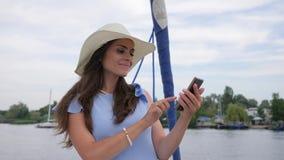 Het wijfje creeert selfifoto in achtergrondoverzees, video van reis, maakt het aardige meisje selfie op jacht, androïde in hand v stock videobeelden