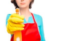 Het wijfje dient gele handschoen in leidt de schoonmakende nevel royalty-vrije stock afbeeldingen