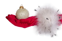 Het wijfje dient rode handschoen in houdt een Kerstmisstuk speelgoed Royalty-vrije Stock Afbeeldingen