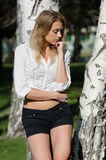 Het wijfje draagt een overhemd rond haar taille en zwarte borrels wordt gebonden die stock foto's