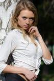 Het wijfje draagt een overhemd rond haar taille en zwarte borrels wordt gebonden die stock fotografie