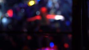 Het wijfje gaan-gaat danser het presteren op stadium bij nachtclub, onbezorgd nachtleven stock videobeelden