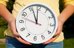 Het wijfje houdt horloges Royalty-vrije Stock Afbeelding