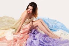 Het wijfje met kleur tullen zitting op de vloer Royalty-vrije Stock Foto
