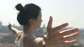 Het wijfje spreidt handen uit, voelend liefde in harmonie met aard, stedelijke stadsachtergrond stock footage