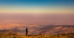 Het wijfje trekker geniet van de mening van de top van Jbel Toubkal, Atlasbergen, Marokko stock fotografie